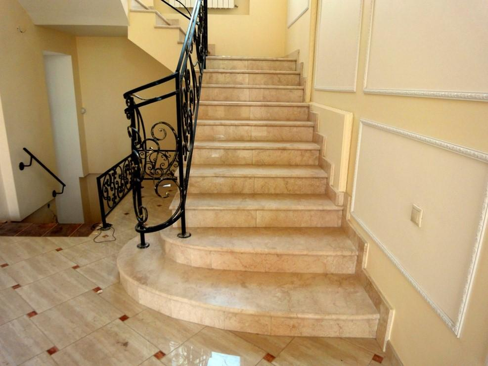 Забежная лестница с отделкой из мрамора