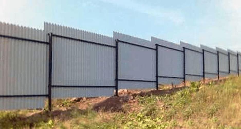 Забор из профнастила с уклоном почвы