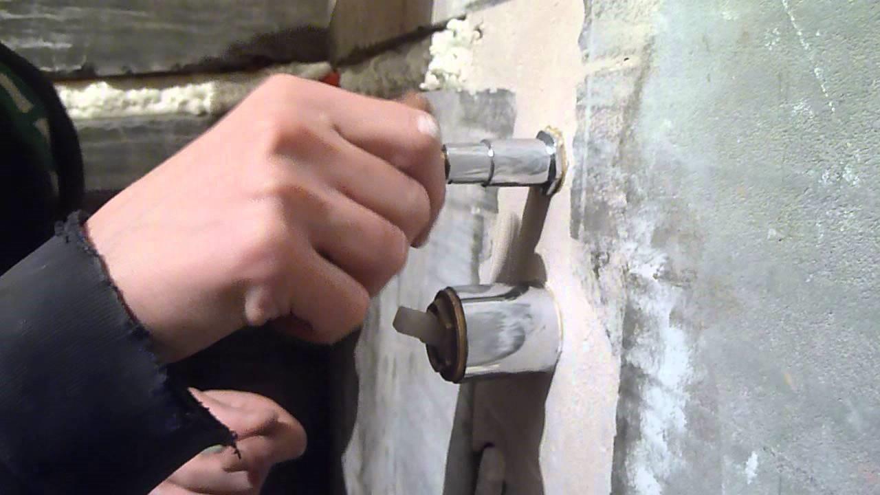 Монтируются крепления под сантехнические приборы