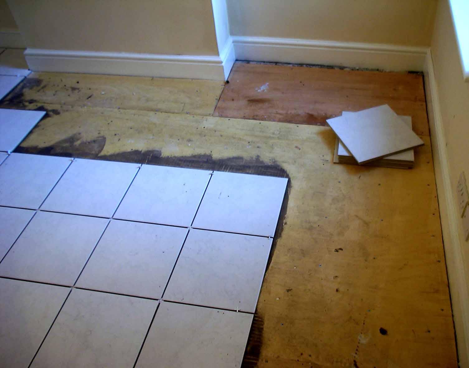 Как положить плитку на деревянный пол