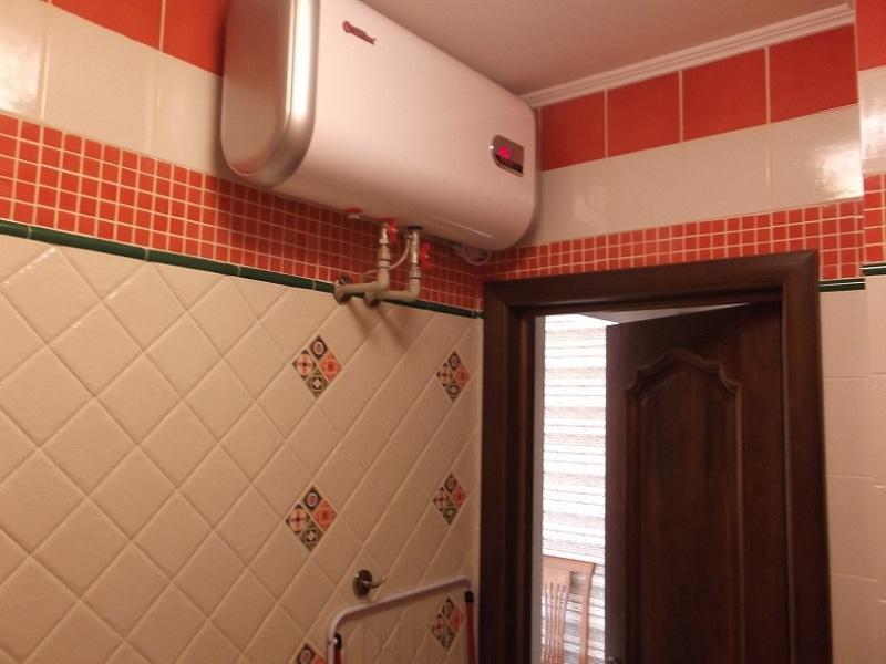 Прямоугольный водонагреватель в интерьере