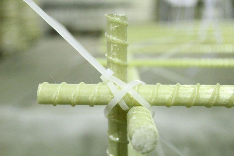 Связка стеклопластиковой арматуры хомутами
