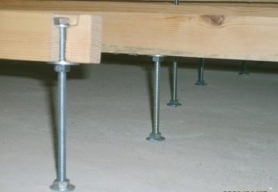Установка лагов на металлические регулируемые опоры