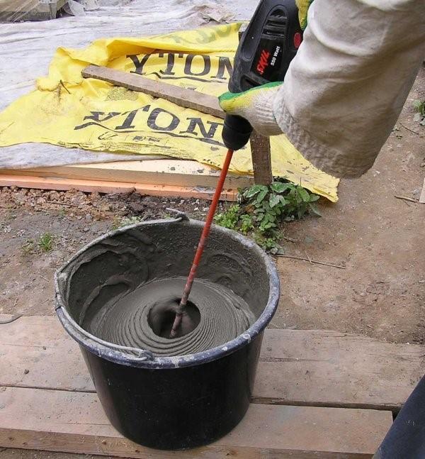 Замешивание плиточного клея дрелью с насадкой