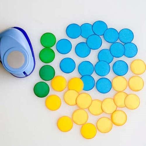 Круглые кусочки металлизированного или разноцветного картона