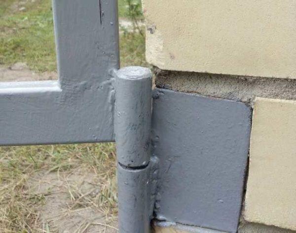 Монтаж петель калитки на кирпичные столбы