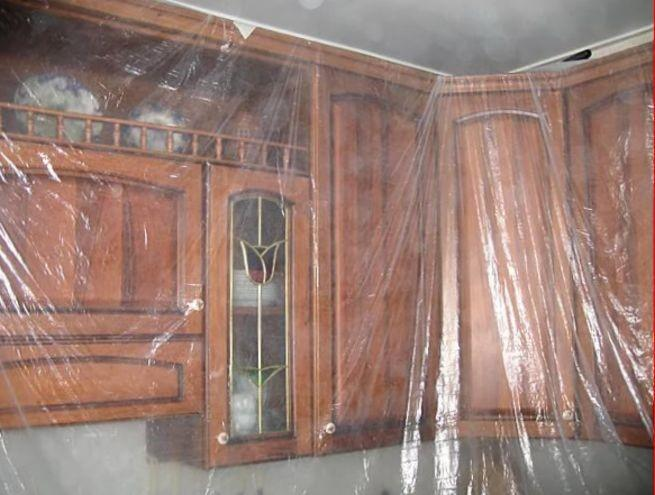 Закрытая пленкой кухня