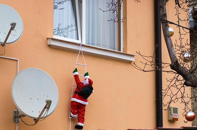 Новогоднее украшение окна снаружи дед мороз
