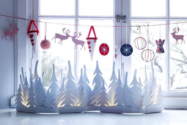 Подвес новогодних игрушек на окне