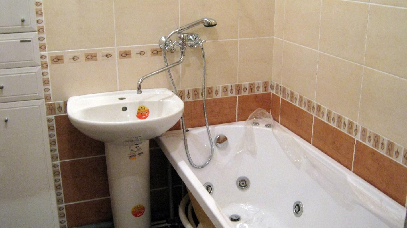 Поворотный смеситель в ванной