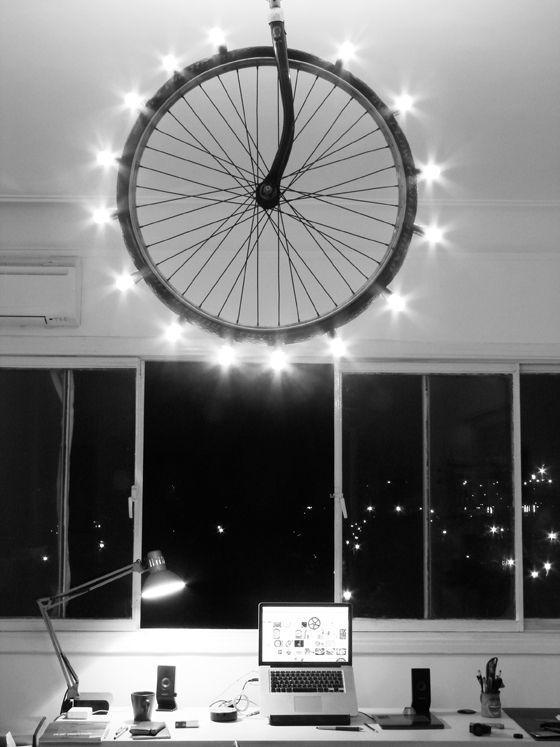 Светильник из колеса велосипеда