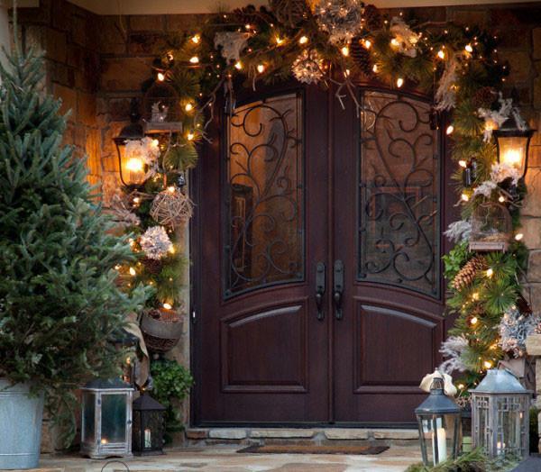 Украшение входной двери елкой и гирляндами
