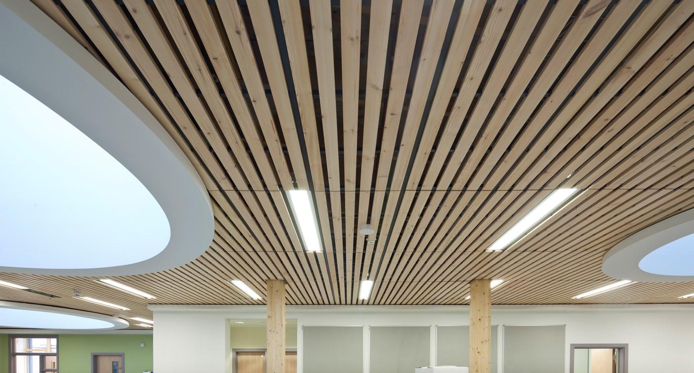 Деревянный рееный потолок