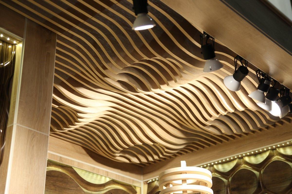 Волнистый реечный потолок из дерева