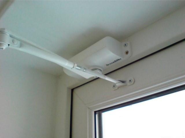Доводчик на балконной двери