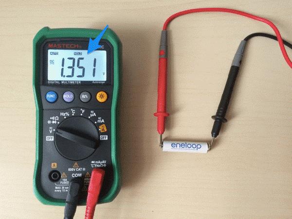 Измерение батарейки мультиметром