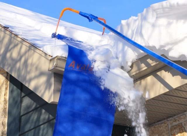 Как убрать снег с крыши частного дома