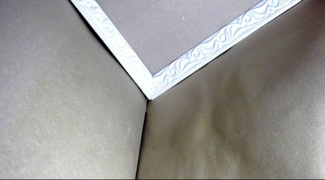 Стык плинтуса на потолке