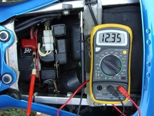 Уровень заряда АКБ авто с помощью мультиметра