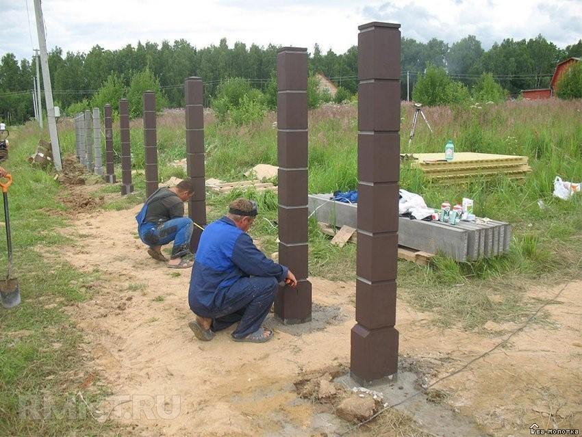 Процесс установки столбов для забора
