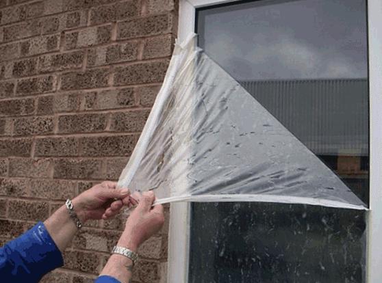 Старая защитная пленка на стеклах