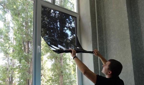 Тонировочная пленка на окна от солнца: как поклеить своими руками