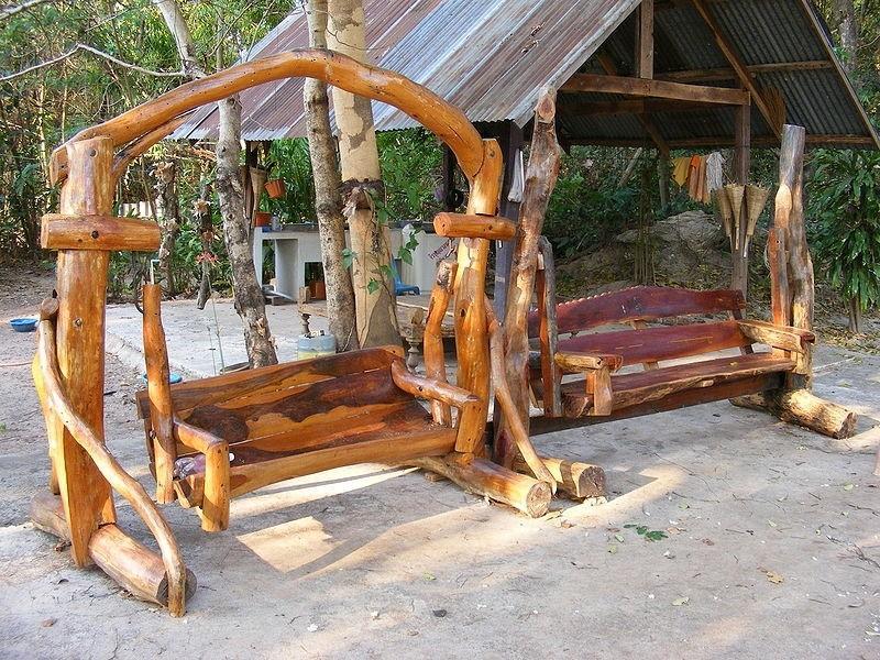 Качели из древесных стволов