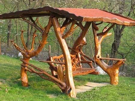 Роскошные креативные дачные качели на основе не спиленных деревьев с навесом