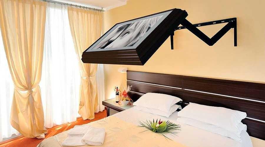 Кронштейн для телевизора в спальне