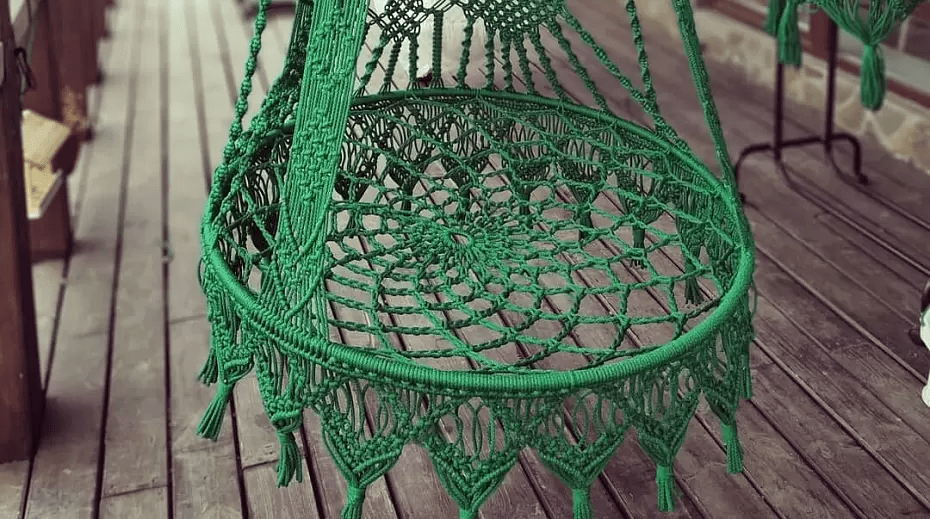 Нарядное плетение с бахромой, плетеной спинкой и подвесами