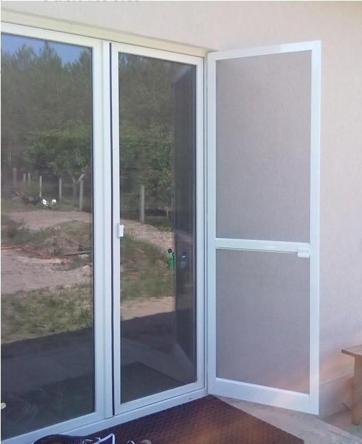 Распашная москитная сетка на дверь