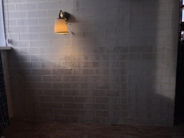 Разметка стены скотчем для имитации кирпича