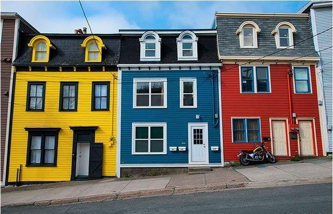 Контрастные яркие цвета деревянных домов