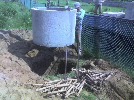 Опускание бетонных колец в котлован