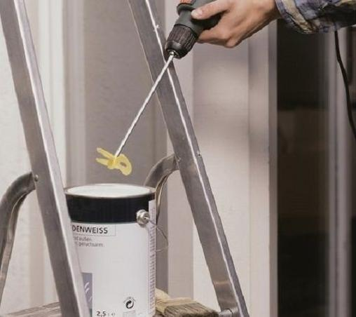 Размешивание краски с помощью насадки для дрели