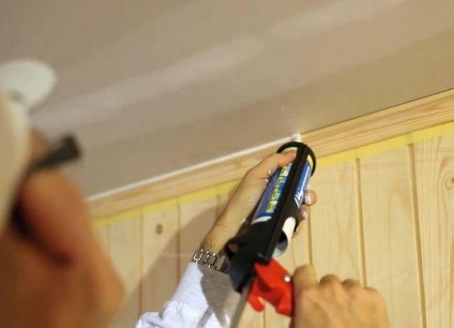 Обработка стыков на потолке герметиком
