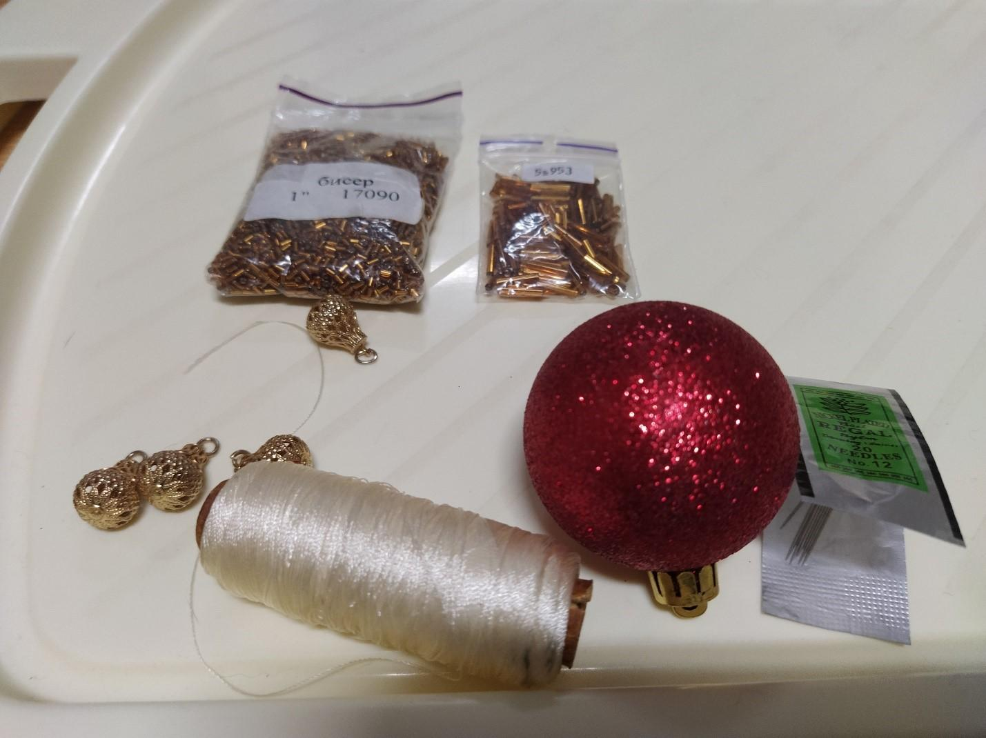 Елочный шарик с бисерными гирляндами