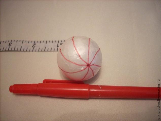 Пенопластовый шар размечается прямыми или изогнутыми (как на фото) линиями