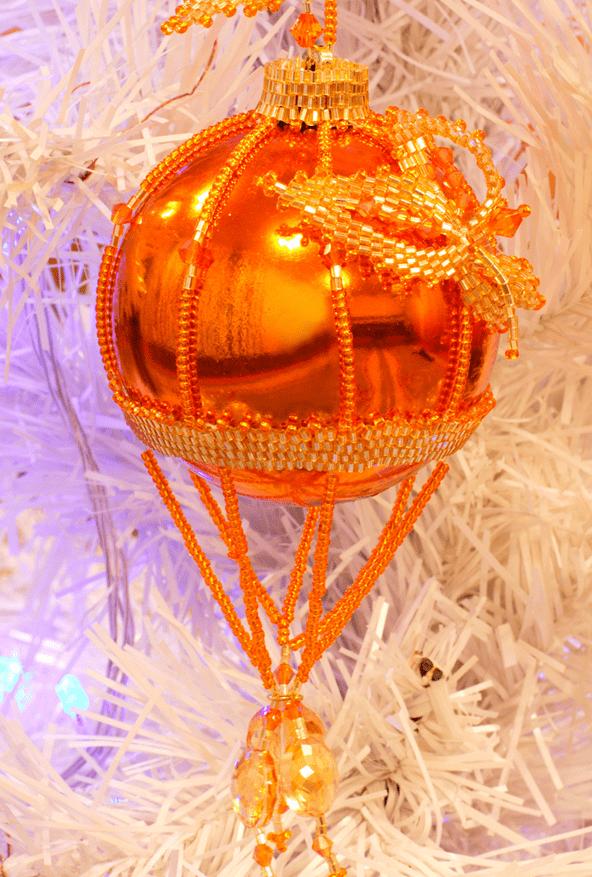 Самодельный елочный шарик на ёлке
