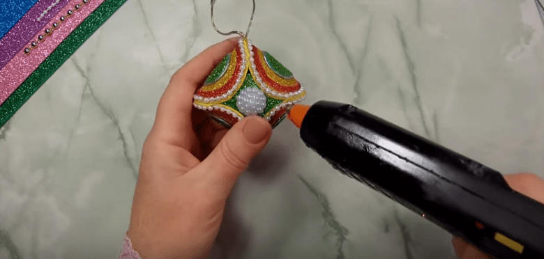 Склееная форма украшается