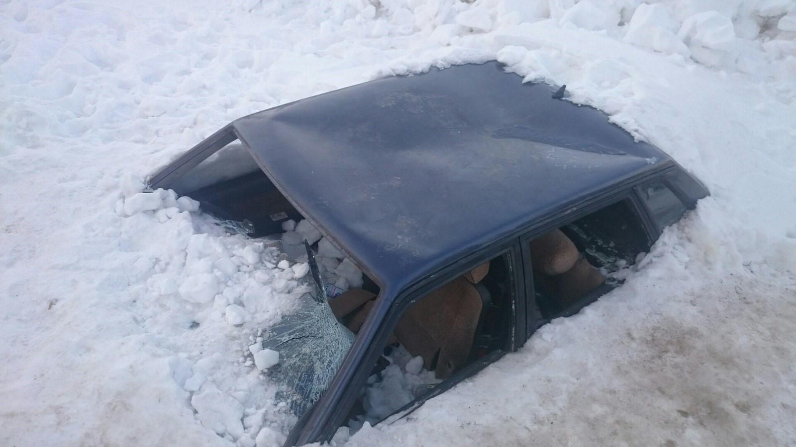 Снег с крыши на авто
