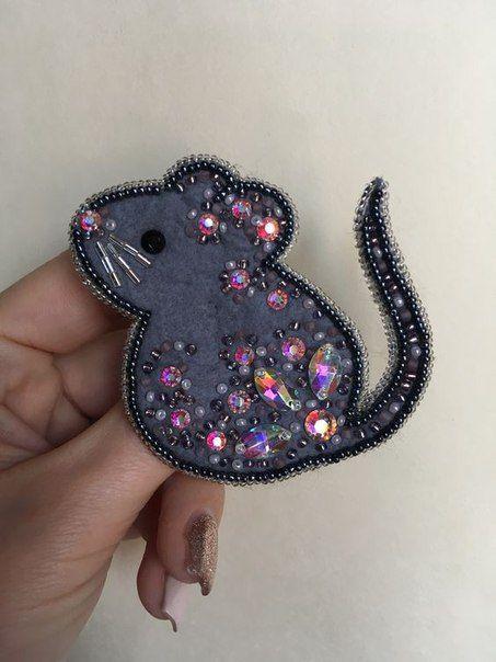 Украшение в виде мыши с бисером