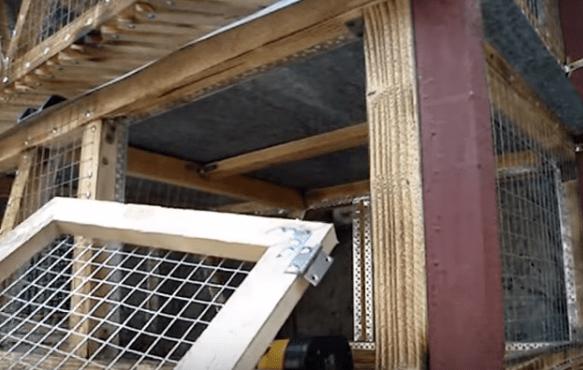 Дверки изготавливаются отдельно и крепятся на обычных петлях