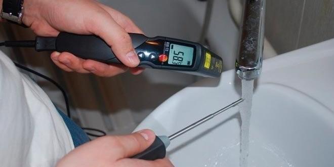 Измерение температуры воды с помощью термометра