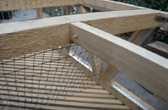 Крепление сетки на раскосы (образование полости для кормушки с сеном)