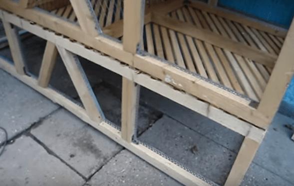 Установленные один поверх другого ярусы с решетчатым дном между ними