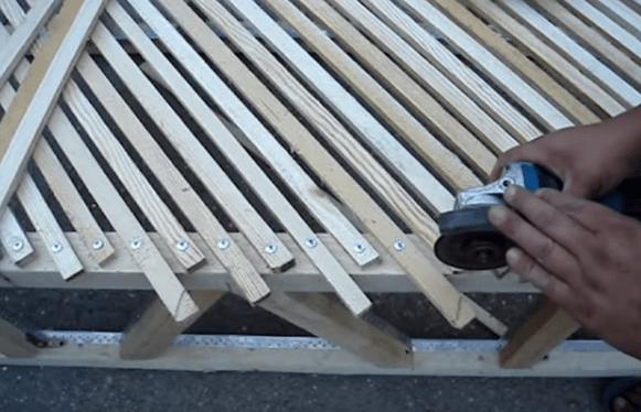 Выступающие за пределы контура каркаса торцы реек обрезают дисковой пилой или ножовкой