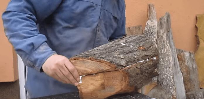 Чтобы сделать заднюю стенку, отпиленная ранее часть ствола приклеивается к той, в которой сделана ниша.