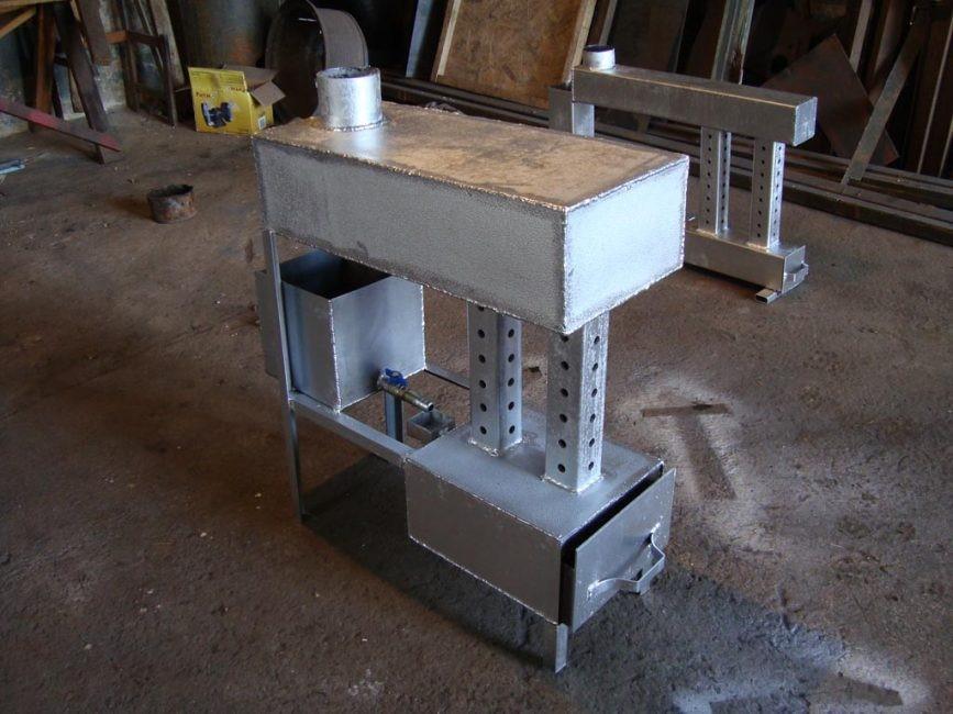 Готовая печь с выдвижным отсеком для топлива и двойным дожигателем