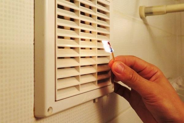 Проверка вентиляции в ванной с помощью спички